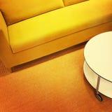 Φωτεινοί κίτρινοι καναπές και τραπεζάκι σαλονιού Στοκ Φωτογραφία
