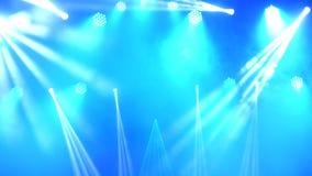 Φωτεινοί λάμποντας λέιζερ και καπνός επικέντρων συναυλίας στο υπόβαθρο σκηνής απόθεμα βίντεο