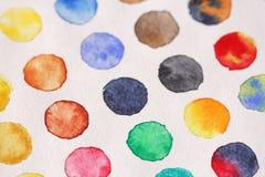 Φωτεινοί πολύχρωμοι κύκλοι των watercolors στενό έγγραφο ανασκόπησης που αυξάνεται BA Στοκ εικόνες με δικαίωμα ελεύθερης χρήσης
