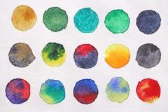 Φωτεινοί πολύχρωμοι κύκλοι των watercolors στενό έγγραφο ανασκόπησης που αυξάνεται BA Στοκ Εικόνες