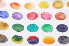 Φωτεινοί πολύχρωμοι κύκλοι των watercolors στενό έγγραφο ανασκόπησης που αυξάνεται BA Στοκ εικόνα με δικαίωμα ελεύθερης χρήσης