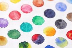 Φωτεινοί πολύχρωμοι κύκλοι των watercolors στενό έγγραφο ανασκόπησης που αυξάνεται BA Στοκ Εικόνα