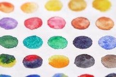 Φωτεινοί πολύχρωμοι κύκλοι των watercolors στενό έγγραφο ανασκόπησης που αυξάνεται BA Στοκ Φωτογραφίες