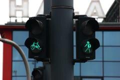 Φωτεινοί σηματοδότες για τους πεζούς και τους ποδηλάτες στο υπόβαθρο ενός σύγχρονου κτηρίου κατάλληλη πόλη με την καλή υποδομή γι στοκ εικόνες