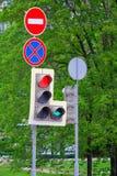Φωτεινοί σηματοδότες και απαγορευτικά σημάδια Στοκ Εικόνα