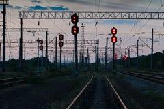 Φωτεινοί σηματοδότες και υποδομή σιδηροδρόμου κατά τη διάρκεια του όμορφου ηλιοβασιλέματος, του ζωηρόχρωμου ουρανού, της μεταφορά Στοκ εικόνα με δικαίωμα ελεύθερης χρήσης