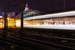 Φωτεινοί σηματοδότες νύχτας με τον ανιχνευτή, Κολωνία, Γερμανία στοκ φωτογραφίες