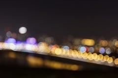 Φωτεινοί σηματοδότες νύχτας Defocused στη γέφυρα Στοκ φωτογραφία με δικαίωμα ελεύθερης χρήσης
