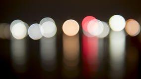 Φωτεινοί σηματοδότες που θολώνονται, φω'τα κύκλων, αντανακλαστικά καλολογικά στοιχεία Στοκ Φωτογραφία