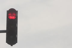 Φωτεινοί σηματοδότες, κόκκινος φωτεινός σηματοδότης ενάντια στον ουρανό Στοκ φωτογραφία με δικαίωμα ελεύθερης χρήσης
