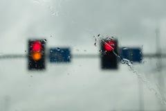 Φωτεινοί σηματοδότες μια βροχερή ημέρα Στοκ φωτογραφία με δικαίωμα ελεύθερης χρήσης