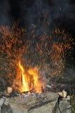 Φωτεινοί σπινθήρες από την πυρκαγιά Στοκ φωτογραφία με δικαίωμα ελεύθερης χρήσης