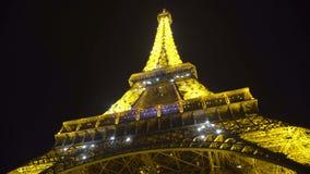 Φωτεινοί φακοί που στην κατασκευή πύργων του Άιφελ, ρομαντική νύχτα στο Παρίσι απόθεμα βίντεο