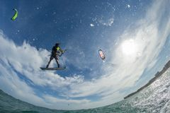 φωτεινός ήλιος ικτίνων βραδιού surfer Στοκ Εικόνες