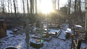 Φωτεινός ήλιος πρωινού στο νεκροταφείο απόθεμα βίντεο