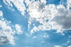 Φωτεινός ήλιος, άσπρα σύννεφα σωρών και φωτεινός ήλιος στο μπλε ουρανό Στοκ φωτογραφίες με δικαίωμα ελεύθερης χρήσης