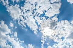 Φωτεινός ήλιος, άσπρα σύννεφα σωρών και φωτεινός ήλιος στο μπλε ουρανό Στοκ Εικόνες