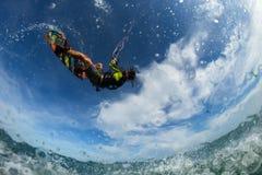 φωτεινός ήλιος ικτίνων βραδιού surfer Στοκ εικόνα με δικαίωμα ελεύθερης χρήσης