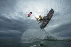 φωτεινός ήλιος ικτίνων βραδιού surfer Στοκ φωτογραφία με δικαίωμα ελεύθερης χρήσης