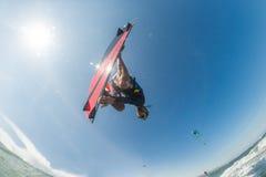 φωτεινός ήλιος ικτίνων βραδιού surfer Στοκ Φωτογραφία