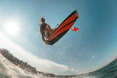φωτεινός ήλιος ικτίνων βραδιού surfer Στοκ Φωτογραφίες