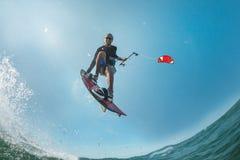 φωτεινός ήλιος ικτίνων βραδιού surfer Στοκ εικόνες με δικαίωμα ελεύθερης χρήσης