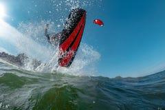 φωτεινός ήλιος ικτίνων βραδιού surfer Στοκ Εικόνα
