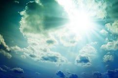 Φωτεινός ήλιος με τις μπλε ακτίνες Στοκ φωτογραφία με δικαίωμα ελεύθερης χρήσης