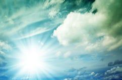 Φωτεινός ήλιος με τις μπλε ακτίνες Στοκ Εικόνα