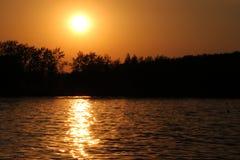 Φωτεινός κίτρινος ουρανός κατά τη διάρκεια του ηλιοβασιλέματος εν πλω, υπόβαθρο στοκ εικόνες με δικαίωμα ελεύθερης χρήσης