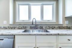 Φωτεινός και σύγχρονος νεροχύτης κουζινών στοκ εικόνες