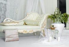 Φωτεινός καναπές για ένα καλό ντεκόρ Στοκ Φωτογραφίες