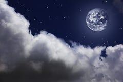 Φωτεινός νυχτερινός ουρανός με ένα φεγγάρι, τα αστέρια και τα σύννεφα Στοκ Φωτογραφίες