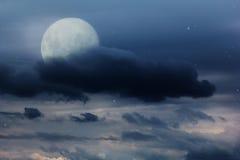 Φωτεινός νυχτερινός ουρανός με ένα φεγγάρι, τα αστέρια και τα σύννεφα Στοκ εικόνες με δικαίωμα ελεύθερης χρήσης
