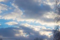 Φωτεινός ουρανός άνοιξη τα όμορφα σύννεφα που πλαισιώνονται με από τον ήλιο στοκ φωτογραφίες με δικαίωμα ελεύθερης χρήσης