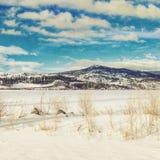 Φωτεινός ουρανός χειμερινών τοπίων πέρα από τα βουνά Στοκ φωτογραφία με δικαίωμα ελεύθερης χρήσης