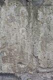 Φωτεινός παλαιός συμπαγής τοίχος με τις ρωγμές Στοκ Εικόνες