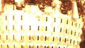 Φωτεινός πολυέλαιος κρυστάλλου Κλείστε επάνω τις σφαίρες κρυστάλλου σε έναν πολυέλαιο φιλμ μικρού μήκους