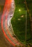 Φωτεινός σηματοδότης και δρόμος μετά από τη βροχή Στοκ Φωτογραφίες