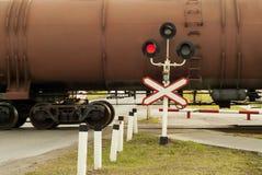 Φωτεινός σηματοδότης και σημάδι στο πέρασμα σιδηροδρόμων στοκ φωτογραφίες