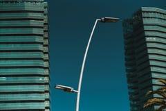 Φωτεινός σηματοδότης με δύο προσόψεις πολυόροφων κτιρίων πίσω Στοκ Φωτογραφίες