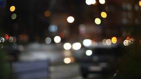 Φωτεινός σηματοδότης τη νύχτα στην οδό απόθεμα βίντεο