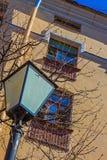Φωτεινός σηματοδότης ενάντια στον τοίχο σπιτιών με τα παράθυρα Στοκ εικόνα με δικαίωμα ελεύθερης χρήσης