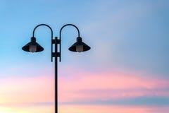 Φωτεινός σηματοδότης ενάντια στο λυκόφως Στοκ Φωτογραφίες