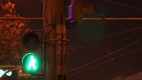 Φωτεινός σηματοδότης με τα κόκκινα και πράσινα άτομα και τα καλώδια στην πόλη τη νύχτα φιλμ μικρού μήκους