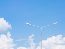 Φωτεινός σηματοδότης πέρα από το μπλε ουρανό Στοκ εικόνα με δικαίωμα ελεύθερης χρήσης