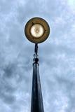 Φωτεινός σηματοδότης στον ευμετάβλητο ουρανό Στοκ Εικόνες