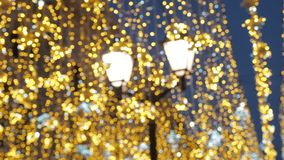 Φωτεινός φωτισμός οδών Χριστουγέννων Η πόλη είναι διακοσμημένη για τις διακοπές Christmastide Νέα διακόσμηση φω'των έτους απόθεμα βίντεο