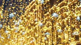 Φωτεινός φωτισμός οδών Χριστουγέννων Η πόλη είναι διακοσμημένη για τις διακοπές Christmastide Νέα διακόσμηση φω'των έτους φιλμ μικρού μήκους