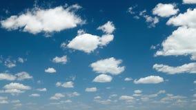 Φωτεινός όμορφος μπλε ουρανός με τα σύννεφα για το υπόβαθρο ή τη σύσταση απόθεμα βίντεο